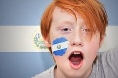 Muchacho de la fan del pelirrojo con la bandera salvadoreña pintada en su cara Imagen de archivo libre de regalías