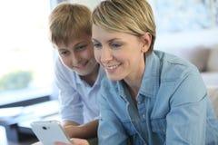 Muchacho de la madre y del adolescente que juega en casa Fotos de archivo libres de regalías