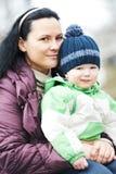 Muchacho de la madre y del niño al aire libre Imagen de archivo libre de regalías
