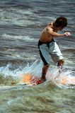 Muchacho de la persona que practica surf imagen de archivo libre de regalías