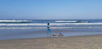 Muchacho de la persona que practica surf el sábado por la mañana foto de archivo