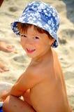 Muchacho de la playa (cabrito que juega en la arena) Foto de archivo libre de regalías