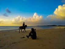 Muchacho de la playa de la silueta foto de archivo libre de regalías