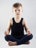 Muchacho de la yoga niño en la posición de loto meditación y relajación de los niños Imágenes de archivo libres de regalías