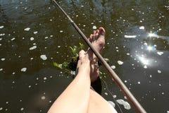 Muchacho de las piernas en el río Imagen de archivo libre de regalías