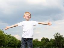 Muchacho de Litlle al aire libre Fotografía de archivo libre de regalías