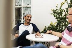 Muchacho de los adolescentes que habla junto al aire libre Fotografía de archivo libre de regalías