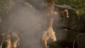 Muchacho de los chamanes en el fuego almacen de metraje de vídeo