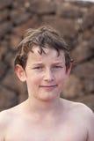 Muchacho de mirada elegante en la piscina Imagen de archivo