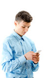 Muchacho de moda del adolescente que manda un SMS en el smartphone blanco aislado en pizca Fotos de archivo