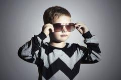 Muchacho de moda en gafas de sol Little Boy manera de los cabritos Imágenes de archivo libres de regalías