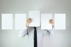 Muchacho de oficina con cinco tarjetas blancas vacías Foto de archivo libre de regalías