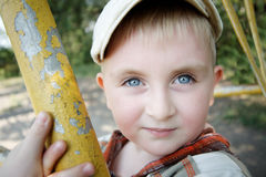 Muchacho de ojos azules en el parque imagen de archivo libre de regalías