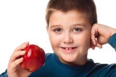 Muchacho de Oung que decide comer una manzana Imagen de archivo libre de regalías