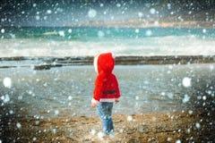 Muchacho de Papá Noel en el agua de la playa de la arena Foto de archivo libre de regalías