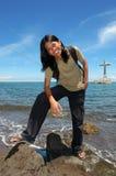 Muchacho de pelo largo asiático en la playa tropical Foto de archivo libre de regalías
