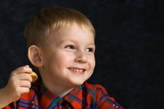 Muchacho de risa con las galletas Fotografía de archivo libre de regalías