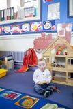 Muchacho de Síndrome de Down en el cuarto de niños Foto de archivo libre de regalías