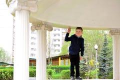 Muchacho de seis años en un paseo Imagen de archivo