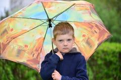 Muchacho de seis años en un paseo Foto de archivo