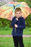 Muchacho de seis años en un paseo Fotografía de archivo