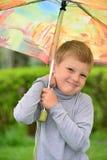 Muchacho de seis años en un paseo Fotos de archivo