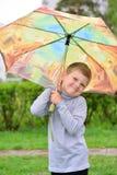 Muchacho de seis años en un paseo Imagenes de archivo
