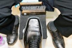 Muchacho de Shoeshine en el trabajo foto de archivo libre de regalías