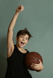 Muchacho de Teeb con la bola del baloncesto Imagen de archivo libre de regalías