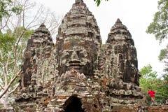 Muchacho de Youn en la torre de Bayon, Camboya fotos de archivo