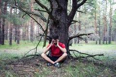 Muchacho debajo de un árbol Imagen de archivo