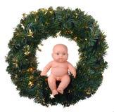 Muchacho del ángel de la muñeca que se sienta en la guirnalda de la Navidad Foto de archivo