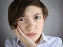 Muchacho del adolescente con dolor de muelas severo Imagen de archivo libre de regalías