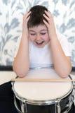 Muchacho del adolescente con el tambor que lleva a cabo su cabeza Imagen de archivo