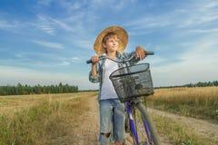 Muchacho del adolescente con la bici retra en la carretera nacional Imágenes de archivo libres de regalías