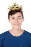 Muchacho del adolescente con la corona del rey Foto de archivo