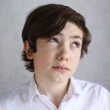 Muchacho del adolescente con la expresión dudosa Imagenes de archivo