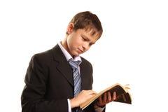 Muchacho del adolescente con un libro abierto Imagenes de archivo