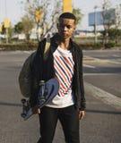 Muchacho del adolescente con un monopatín Fotos de archivo