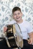 Muchacho del adolescente con un tambor en sitio Fotos de archivo