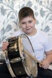 Muchacho del adolescente con un tambor en sitio Imagen de archivo libre de regalías