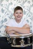 Muchacho del adolescente con un tambor en sitio Fotografía de archivo libre de regalías