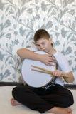 Muchacho del adolescente con un tambor en sitio Imágenes de archivo libres de regalías