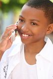 Muchacho del adolescente del afroamericano en el teléfono celular Imagenes de archivo