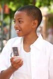 Muchacho del adolescente del afroamericano en el teléfono celular Fotos de archivo libres de regalías