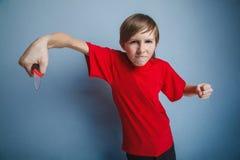 Muchacho del adolescente doce años en la camiseta roja con Fotos de archivo libres de regalías
