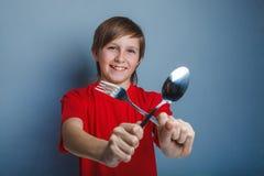 Muchacho del adolescente en camisa roja doce años que sostienen a Fotos de archivo libres de regalías