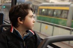 Muchacho del adolescente en el autobús que mira la ventana Foto de archivo libre de regalías
