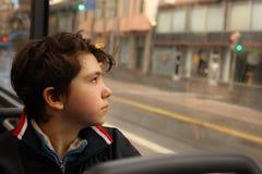 Muchacho del adolescente en el autobús que mira la ventana Fotos de archivo libres de regalías