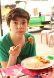Muchacho del adolescente en el café tailandés asiático que almuerza Fotografía de archivo